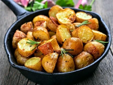 Лесни картофи по селски с червен пипер, розмарин и чесън на тиган - снимка на рецептата